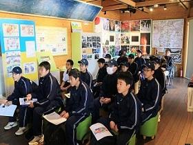 写真:学習施設内で説明動画視聴の様子2