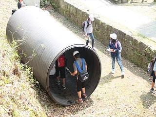 写真:地中埋設管の実物展示見学の様子2